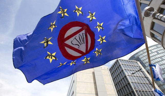"A flag which says ""stop"" and has euro money signs in the EU stars flaps in the wind during a protest march in solidarity with Greece in the center of Brussels on Sunday, June 21, 2015. Ciudad: Bruselas Pais: Belgica / Belgium Autor: Virginia Mayo Agencia: AP Photo"