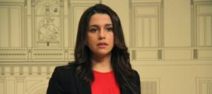 Pla mig de la cap de l'oposició, Inés Arrimadas, durant la roda de premsa posterior a la reunió amb el president de la Generalitat (27/01/2016)