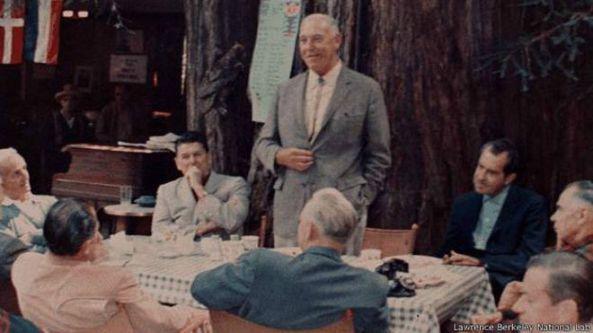 En la fotografía, se puede ver sentados en el Bohemian Grove a los expresidentes de EE.UU. Ronald Reagan y Richard Nixon.