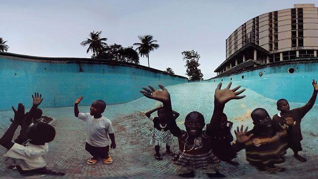 Así se ven (sin las gafas de realidad virtual) los niños coprotagonistas de 'Waves of Grace', rodado para concienciar sobre el ébola en Liberia. (Imagen: Vrse | Instagram)