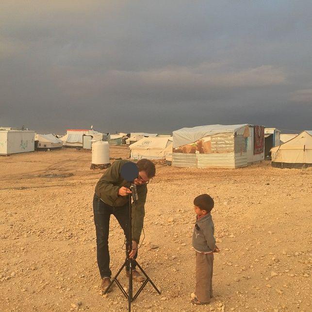 Preparándose para grabar 'Clouds over Sidra' en un campo de refugiados de Jordania. (Imagen: Vrse | Instagram)
