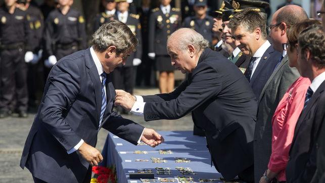 El ministro del Interior, Jorge Fernández Díaz, condecora al fiscal jefe de la Audiencia Nacional, Javier Zaragoza