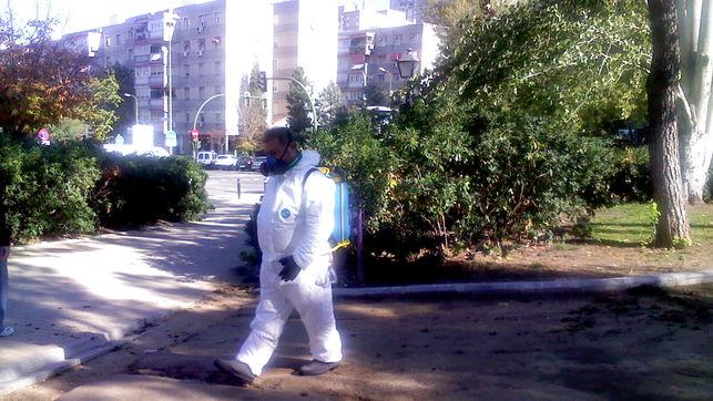 Aplicación de herbicida en un parque / EA.