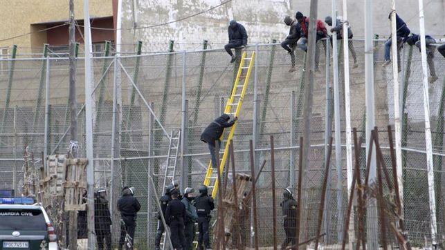 Un centenar de inmigrantes intentan saltar la valla de Melilla