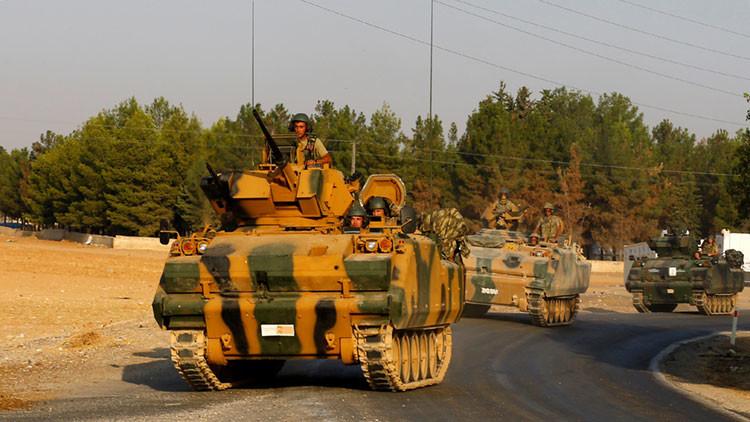 Vehículos blindados turcos se dirigen hacia la ciudad turca de Karkamıs en la frontera turco-siria, el 27 de agosto de 2016.