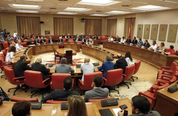 Javier Fernández se reúne el pasado día 4 de octubre con el Grupo Parlamentario Socialista en el Congreso para pedirles cohesión y que rebajen la tensión. / Paco Campos (Efe)